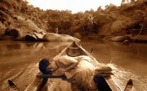 место силы, мальчик плывущий по течению