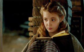 девочка читает книгу, Воровка книг